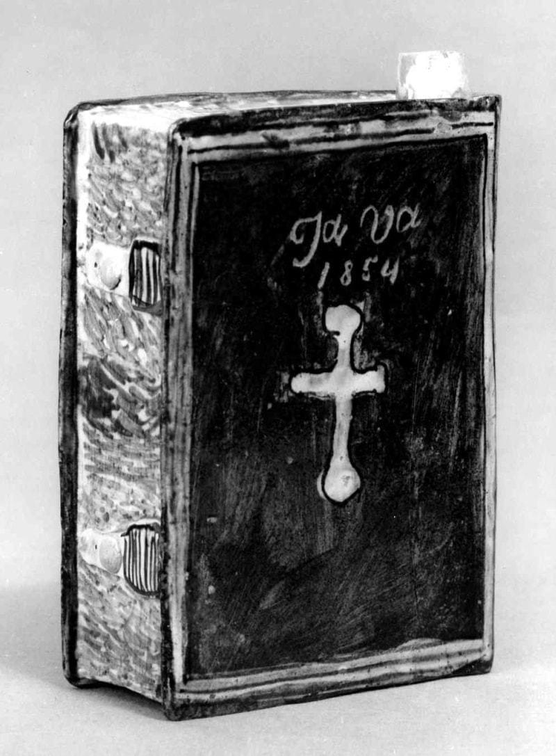 Butilka v tvare knihy. Západné Slovensko,1854. SNM Historické múzeum v Bratislave. Foto M. Červeňanský