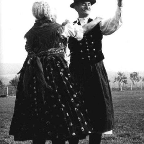 Trasený čardáš (na dva kroky). Kozárovce (okr. Levice). Foto T. Szabó 1971.