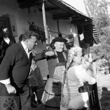 Snímanie party. Dolné Príbelce (okr. Lučenec), 1968. Archív negatívov Ústavu etnológie SAV v Bratislave. Foto: A. Pranda