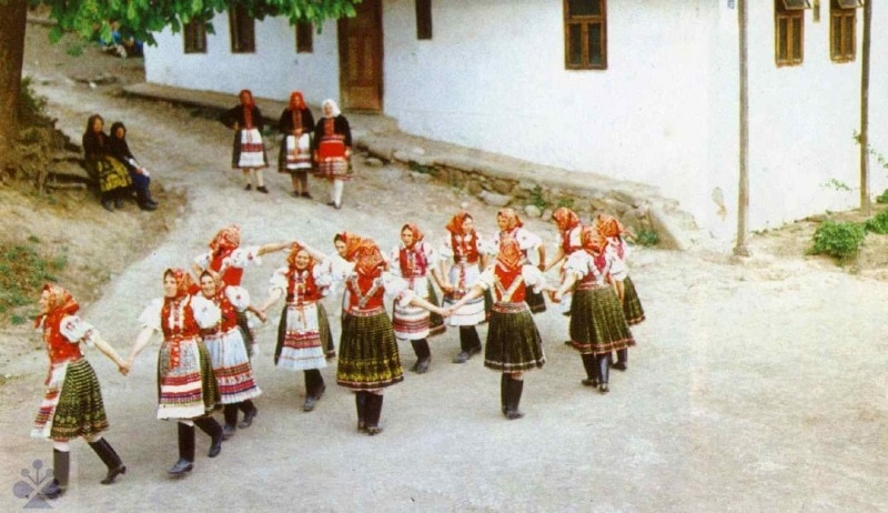Chorovod (rekonštrukcia). Folklórna skupina Hrušov (okr. Veľký Krtíš). Vedecký archív ÚEt SAV, reprodukcia.