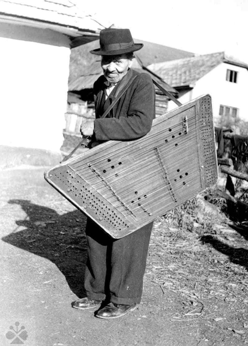 Prenosný cimbal. Klenovec (okr. Rimavská Sobota), 1967. Vedecký archív ÚEt SAV, reprodukcia.