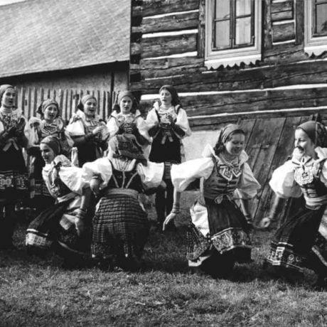 Detská folklórna skupina z Važca (okr. Liptovský Mikuláš). Vedecký archív ÚEt SAV, foto T. Szabó 1980.