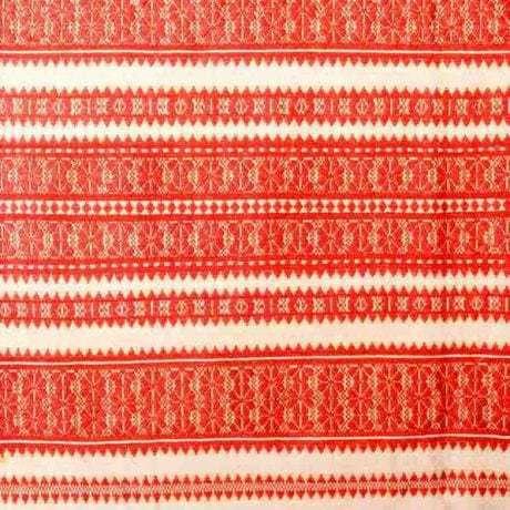 Činovať – tkanina zdobená preberaným vzormi. Detail kútnej plachty, tkanej remeselným tkáčom. Okolie Trnavy, 20. roky 20. storočia. Archív negatívov Ústavu etnológie SAV v Bratislave. Foto H. Bakaljarová.