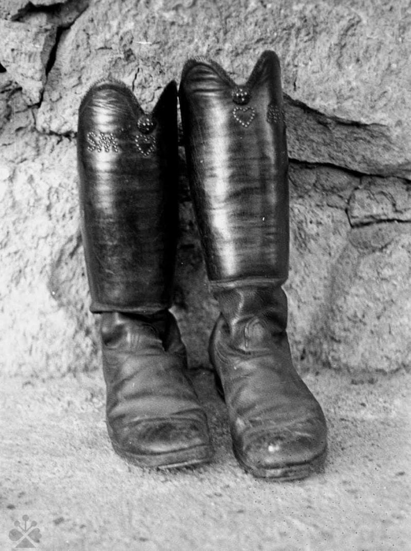 Mužské čižmy, Sliače, okr. Ružomberok, 1976. Foto: Ľubica Mrázová, Archív negatívov Ústavu etnológie SAV v Bratislave