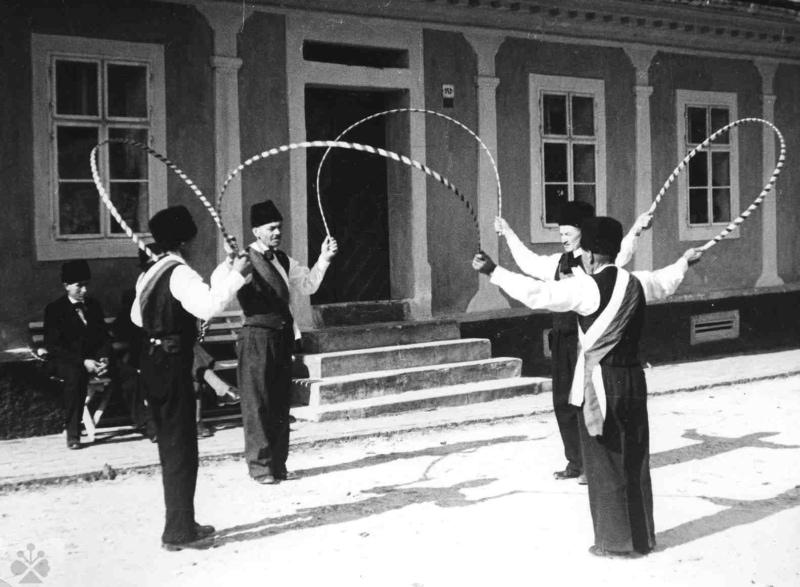 Debnársky tanec. Ľubietová (okr. Banská Bystrica), okolo 1950. Vedecký archív ÚEt SAV, reprodukcia.