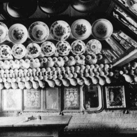 Interiér izby dekorovanej keramikou a obrazmi. Západné Slovensko, koniec 19. storočia. Archív pozitívov Ústavu etnológie SAV. Foto P. Socháň