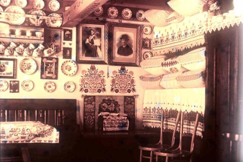 Interiér prednej izby. Viničné (okr. Bratislava), 1955. Archív diapozitívov Ústavu etnológie SAV. Foto R. Mikulová