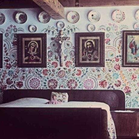 Maľba nad posteľami. Viničné (okr. Bratislava), 1955. Archív diapozitívov Ústavu etnológie SAV. Foto R. Mikulová