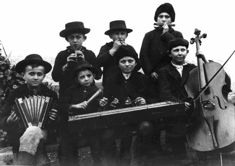 Detská muzika z Lišova (okr. Krupina), 1914. Vedecký archív ÚEt SAV, reprodukcia.