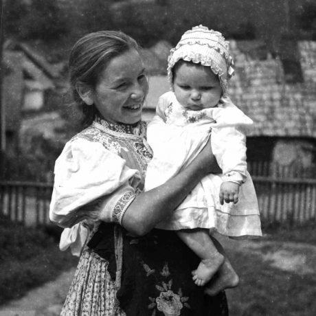 Detský odev, Žakarovce, okr. Gelnica, 1953. Foto: Soňa Kovačevičová, Archív negatívov Ústavu etnológie SAV v Bratislave
