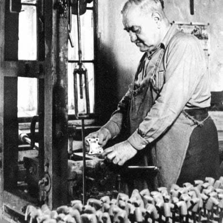 Interiér dielne fajkára v Banskej Štiavnici, 40. roky 20. storočia. Reprodukcia O. Šilingerová.