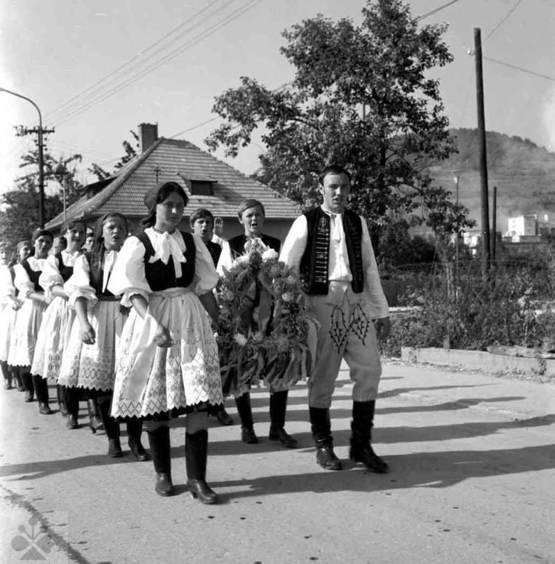 Čelo sprievodu s vencami počas oslavy dožiniek v obci Horné Sŕnie (okr. Trenčín), 1971. Archív negatívov Ústavu etnológie SAV v Bratislave