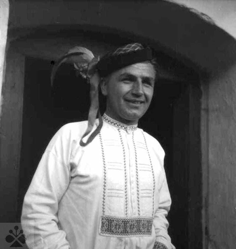 Družba s perkom. Žakarovce (okr. Spišská Nová Ves), 1953. Archív negatívov Ústavu etnológie SAV v Bratislave. Foto: J. Látalová