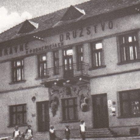 Budova Potravného družstva v Budmericiach (okr. Pezinok). 1928. Prevzaté: F. Houdek