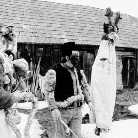 Skupina s Turoňom. Zborov nad Bystricou (okr. Čadca), 70. roky 20. storočia. Foto T. Szabó.