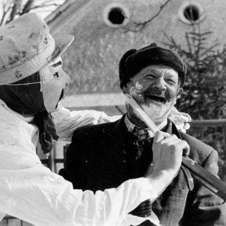 Holenie mužov cez fašiangy v Čilistove (okr. Dunajská Streda). Foto T. Szabó