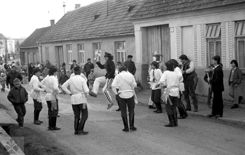 Fašiangový tanec Turkov. Štefanov (okr. Senica). Vedecký archív ÚEt SAV, foto H. Bakaljarová 1988.
