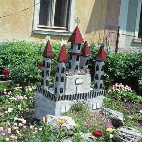 Model hradu v predzáhradke domu. Slovenská Ves (okr. Poprad), 1975. Archív diapozitívov Ústavu etnológie SAV. Foto Nora Siegelová