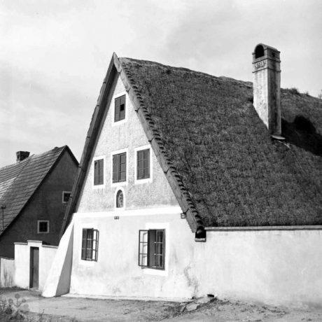 Habánsky dom, Veľké Leváre, okr. Malacky, 1966. Foto: Ester Plicková. Archív negatívov Ústavu Etnológie SAV v Bratislave