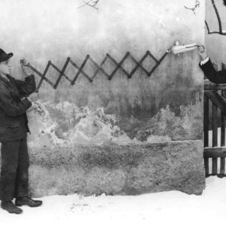 Chodenie s hadom. Hontianska župa, okolo roku 1910. Archív negatívov Ústavu etnológie SAV.