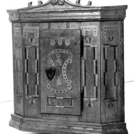 Almara zdobená intarziou. Jablonové (okr. Malacky), 19. storočie. SNM Etnografické múzeum v Martine. Foto  M. Juran