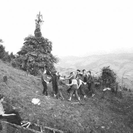 Skupina tancujúcich chlapcov a dievčat po postavení vatier veľkého a malého Jána. Zázrivá (okr. Dolný Kubín), 1950 - 1970. SNM – Etnografické múzeum v Martine. Foto: J. Dérer