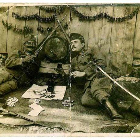 Kartové hry ako súčasť voľného času vojakov armády Rakúsko-Uhorska počas 1. svetovej vojny. Fotografia na pohľadnici z roku 1917. Súkromný archív