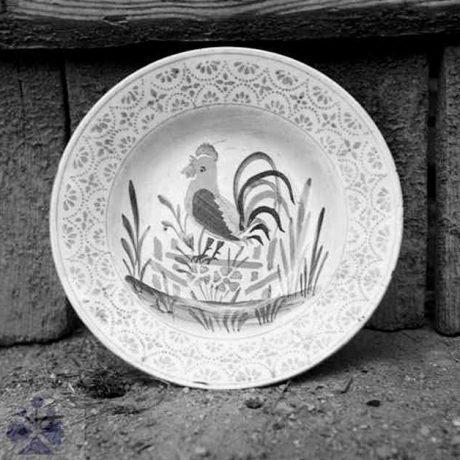 Motív kohúta na majolikovom tanieri vyrobenom v manufaktúre v obci Muránska Lúka začiatkom 20. storočia. Archív negatívov Ústavu etnológie SAV v Bratislave. Foto: S. Kovačevičová