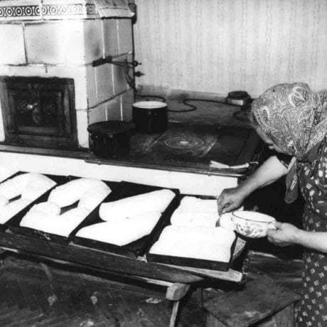 """Koláče """"zahybáky"""", """"rohy"""", """"cestnice"""", Dubodiel (okr. Trenčín) 1979. Archív negatívov Ústavu etnológie SAV. Foto: F. Rebro."""