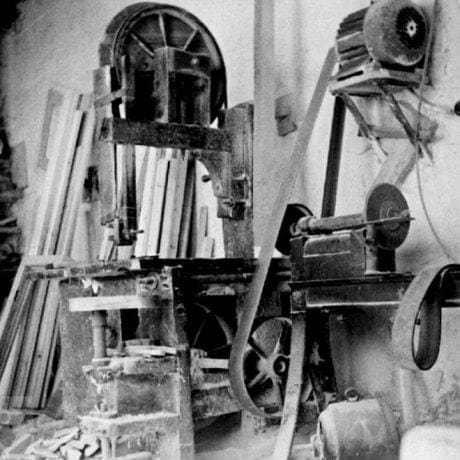 Kolárska dielňa Pavla Nováka, v popredí točovka a pásová píla. Spišské Podhradie (okr. Levoča), 1975. Súkromný archív M. Kaľavského. Foto M. Kaľavský.