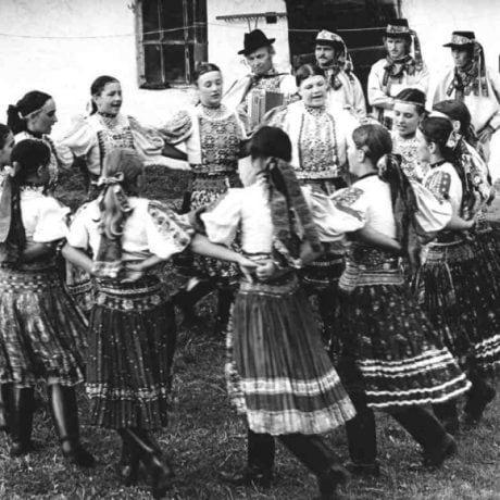 Dievky v kolese. Dačov Lom (okr. Veľký Krtíš). Vedecký archív ÚEt SAV, foto T. Szabó 1982.