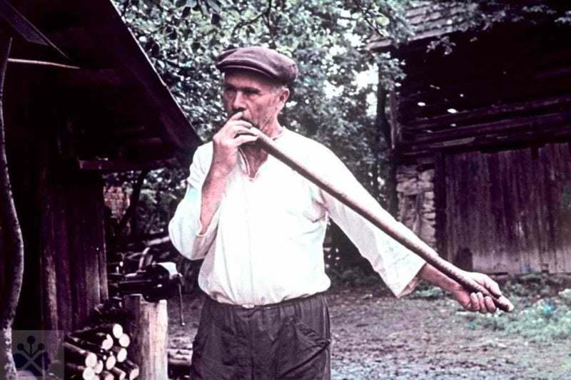 Píšťalkár z Marikovej (okr. Považská Bystrica). Vedecký archív ÚEt SAV. Foto R. Mikulová 1956.