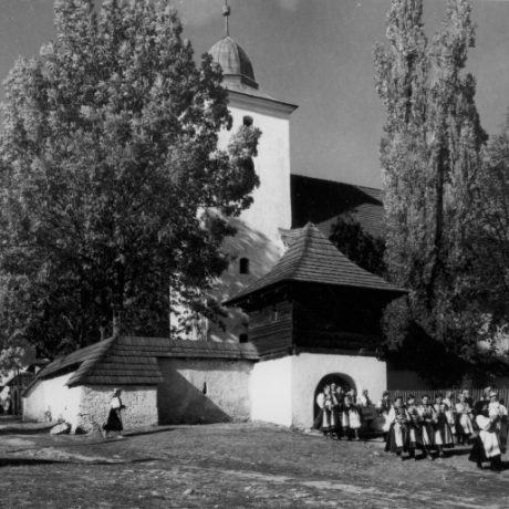Kostol vo sviatočný deň. Polomka ( okr. Brezno), 1. polovica 20. storočia. SNM Etnografické múzeum v Martine. Foto K.Plicka.