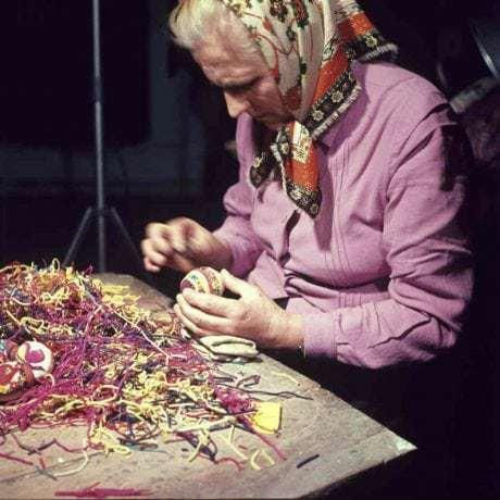 Oblepovanie kraslice sitinou. Klokočov (okr. Čadca), 1973. Archív diapozitívov Ústavu etnológie SAV. Foto A. Pranda