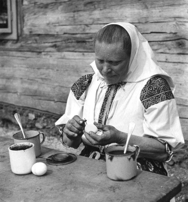 Žena pri maľbe kraslíc. Fačkov (okr. Žilina), 1955. Archív pozitívov Ústavu etnológie SAV. Foto I. Grossmann