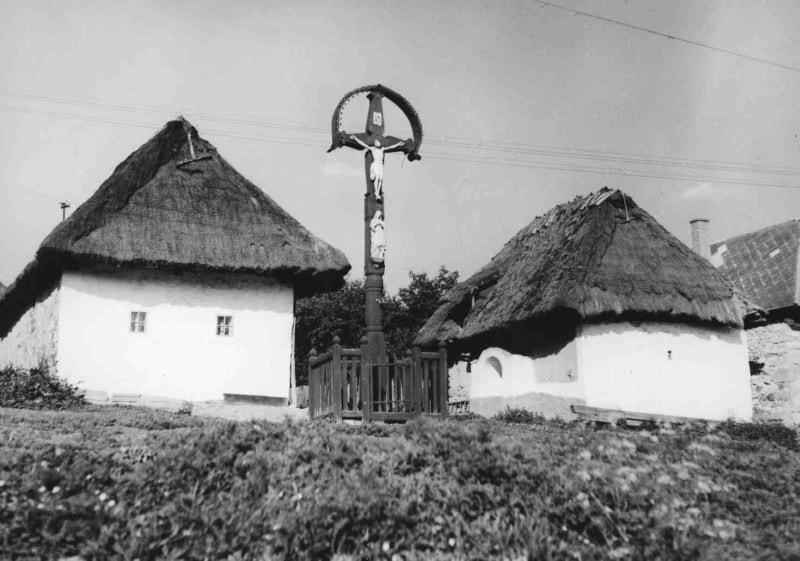 Prícestný kríž. Senohrad (okr. Krupina), 2. polovica 20. storočia. Archív pozitívov Ústavu etnológie SAV. Foto J. Botík