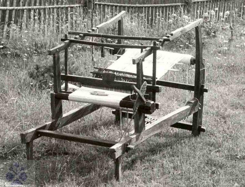 Rámové krosná bez lavice, používané na domácke tkanie. Brvnište (okr. ), 1. polovica 20. storočia. Súkromný archív J. Zajonca. Foto J. Zajonc.