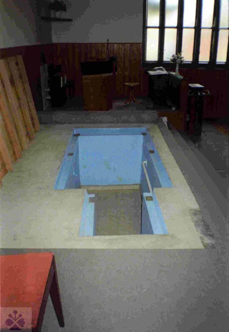 Baptistická krstiteľnica v obci Tekovské Lužany (okr. Levice), 2003. Súkromný archív. Foto: N. Beňová
