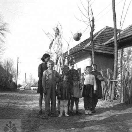 Chodenie s letečkom. Vlkas (miestna časť obce Hul, okr. Nové Zámky), 1959. Archív negatívov Ústavu etnológie SAV v Bratislave. Foto: V. Urbancová
