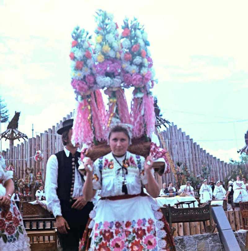 Svadobný koláč s papierovou kvetinovou výzdobou. Sebechleby  (okr. Zvolen). Folklórny festival Východná 1974. Archív diapozitívov Ústavu etnológie SAV. Foto J. Paličková