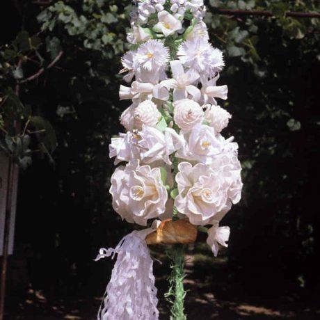 Kvetinová ozdoba káčer zo svadobného koláča. Domaníky (okr. Zvolen), 1978. Archív diapozitívov Ústavu etnológie SAV. Foto O. Danglová
