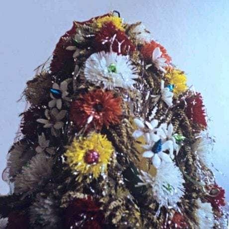 Kvetinová výzdoba dožinkového venca. Čajkov (okr. Levice), 1972. Archív diapozitívov Ústavu etnológie SAV. Foto S. Kovačevičová