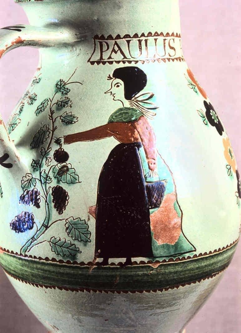 Detail maľby z krčahu s figurálnym motívom  vinobrania. Beluj (okr. Banská Štiavnica), 1835. SNM Etnografické múzeum v Martine. Foto H. Bakaljarová