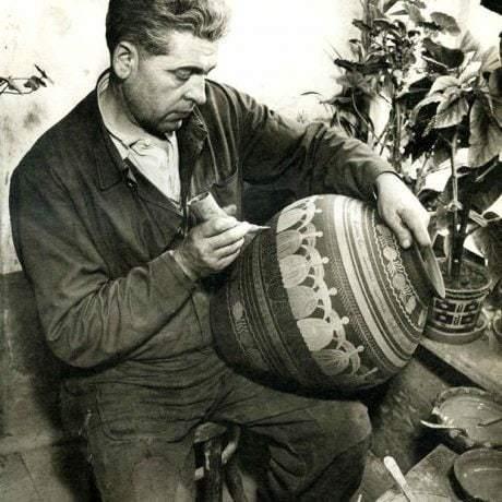Hrnčiar Ladislav Kováč pri výzdobe misy. Šivetice (okr. Revúca), 1951. SNM Etnografické múzeum v Martine. Foto V. Vydra