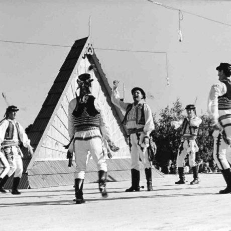 Marhaňska. Folklórna skupina z Raslavíc (okr. Bardejov). Vedecký archív ÚEt SAV, foto T. Szabó, Bardejov 1967.