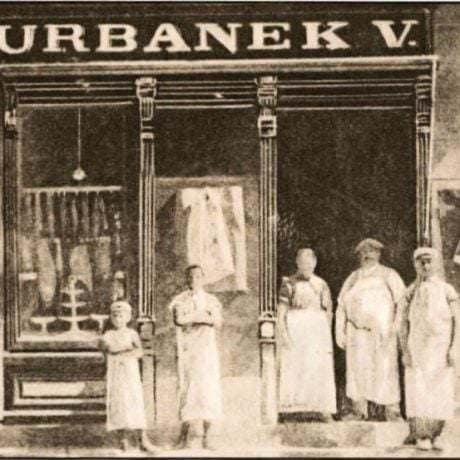 Mäsiarstvo Vojtecha Urbánka, založené roku 1891. Trenčín, 20. roky 20. storočia. Prevzaté z Vrzgulová, M: Známi, nezmámi Trenčania. Živnostníci v meste 1918-1948. Bratislava 1997, 40.