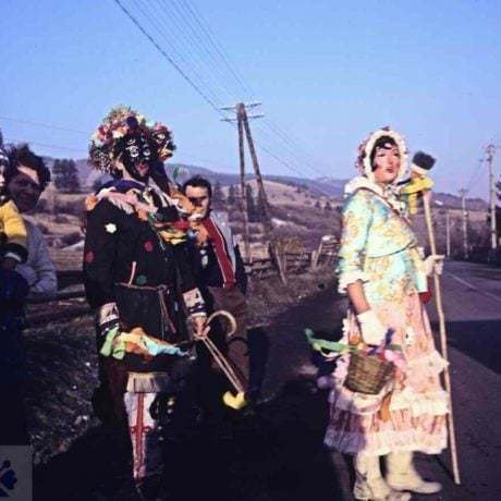 Fašiangové masky Kurva a Kurváč. Fačkov (okr. Žilina), 1989. Archív diapozitívov Ústavu etnológie SAV v Bratislave. Foto: H. Bakaljarová