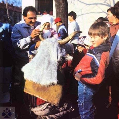Fašiangovníci z Valaskej (okr. Brezno) s maskou Turoňa, 1988. Archív diapozitívov Ústavu etnológie SAV v Bratislave. Foto: H. Bakaljarová