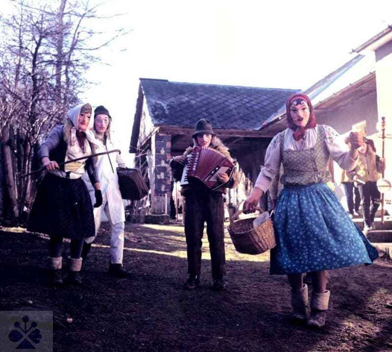 Fašiangové masky. Rajecká Lesná (okr. Žilina). Archív diapozitívov Ústavu etnológie SAV. Foto H. Bakaljarová 1990.