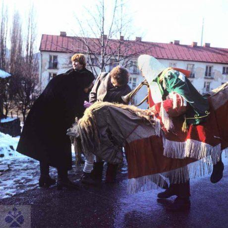 Maska jazdca na koni vo fašiangovej obchôdzke vo Valašskej (okr. Brezno). Archív diapozitívov Ústavu etnológie SAV. Foto H. Bakaljarová 1987.